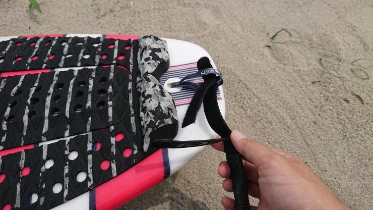 サーフィン用リーシュコードのレールセーバーを紐に通す