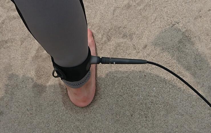 サーフィン用リーシュコードを足首に付ける方法