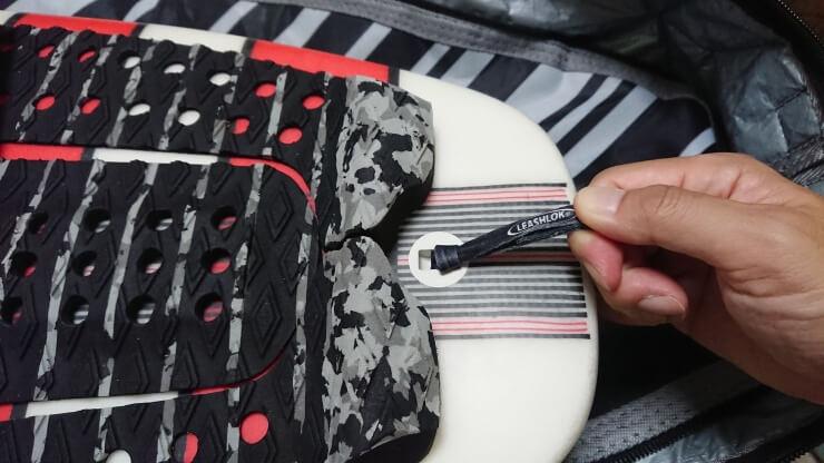 サーフィン用リーシュコード 紐 輪の中に通したリーシュロックを最後まで引っ張る