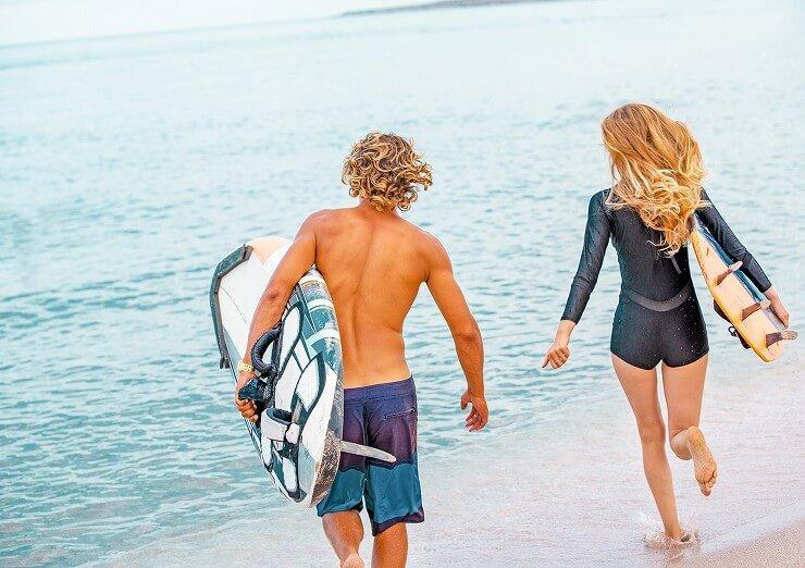 SPAとPA値の高いサーフィン用日焼け止めを塗った男女